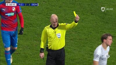 Tarjeta amarilla. El árbitro amonesta a Luca Pellegrini de Roma