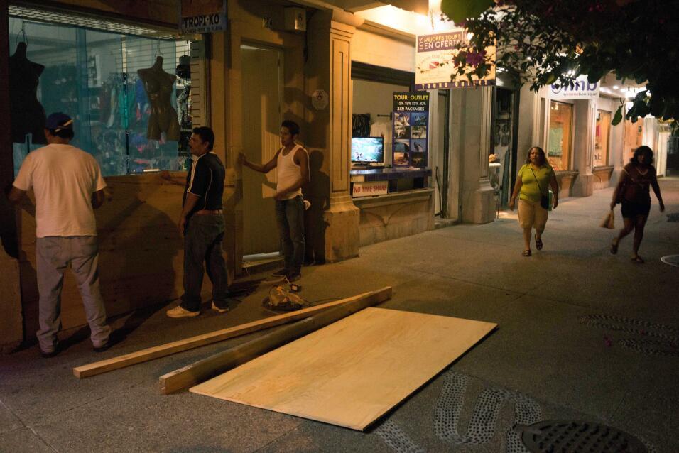 La zona comercial de Puerto Vallarta está reforzando las ventanas de las...