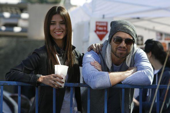¿Qué es lo que miran Roselyn Sánchez y su marido Eric Winter con tanta a...