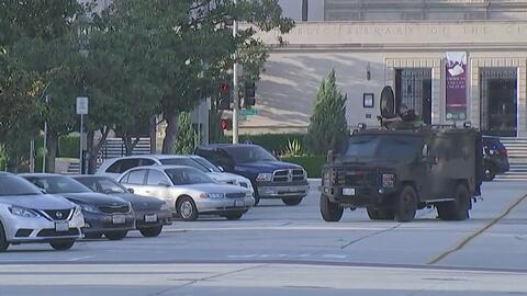 Biblioteca municipal frente al departamento de policía de Pasadena se en...