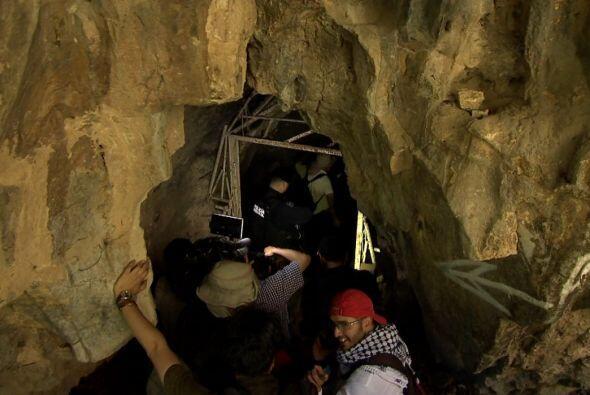 Una caverna de 400 metros de profundidad, se localiza entre cerros.