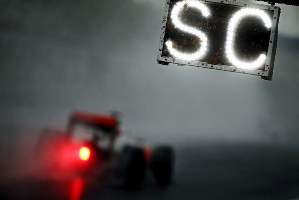 La lluvia hizo que la visibilidad en la pista fuera casi nula durante bu...