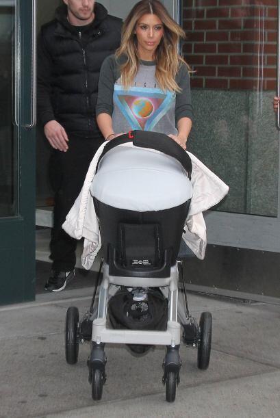 Desafiando el frío clima de Manhattan, la nueva mami no se abrigó pero s...