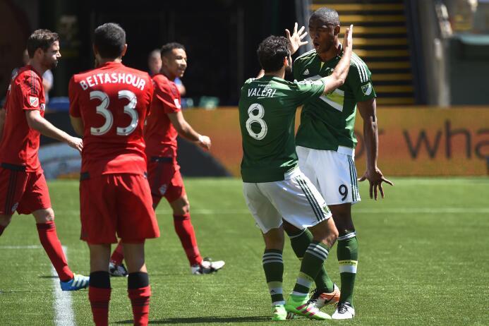 El argentino Diego Valeri, de los Timbers de Portland, felicita a su com...