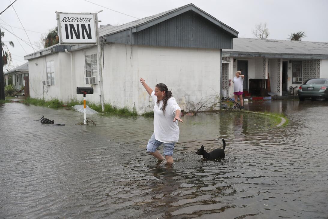Valerie Brown un área cerca de su casa inundada Rockport, Texas.
