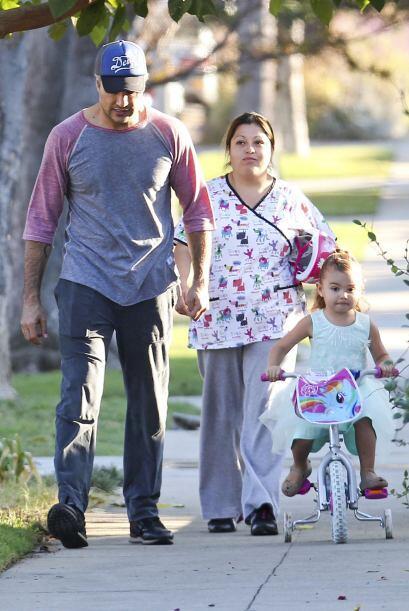La hermosa Elena apenas comienza a dar sus primeros paseos en bicicleta.