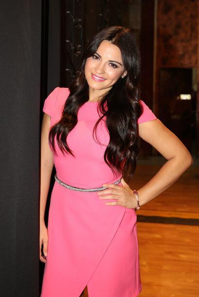 La guapa actriz y cantante llegó muy contenta al programa y se le...