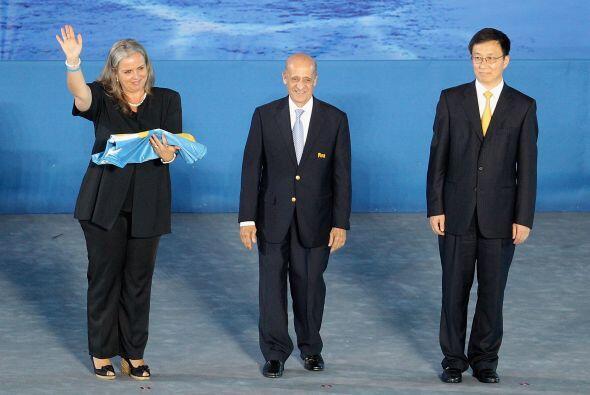 El alcalde de Shangai, Han Zen (derecha), entregó al presidente d...