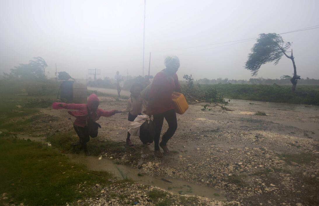 Residentes de Leogane, Haití, abandonan a toda prisa sus hogares por la...
