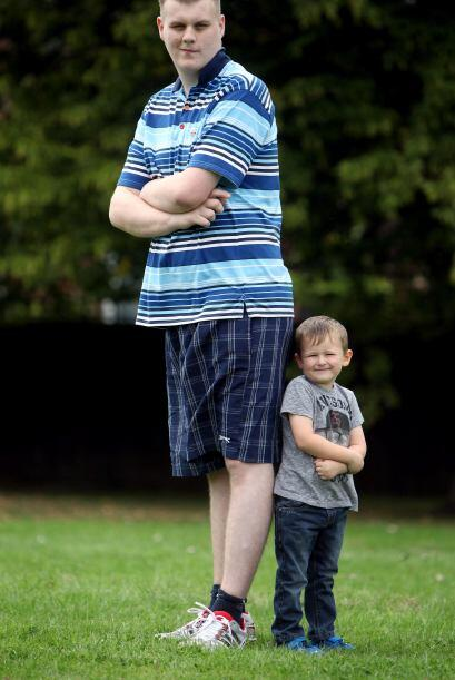 En comparación con otras personas, las proporciones de Josh son enormes.