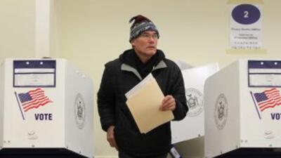 Un elector en la ciudad de Nueva York sale de la caseta de votación lueg...