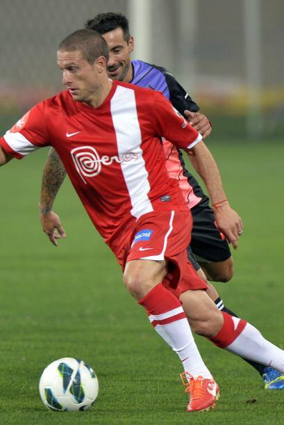 El uruguayo Diego POérez se escapa de Lavezzi.