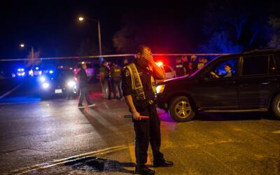 Cuerpos de emergencia realizan un cordón de seguridad luego de la...