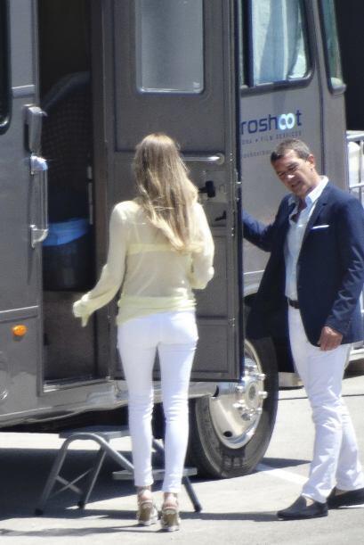 Los paparazzi captaron al actor de paseo con su novia en Barcelona.
