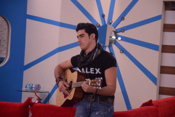 Alex tocó la guitarra que le dio Ayelene y entonó una de sus canciones p...