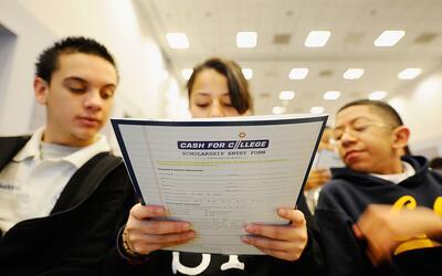 Estudiantes del New Design Charter School asisten a Cash for College, un...