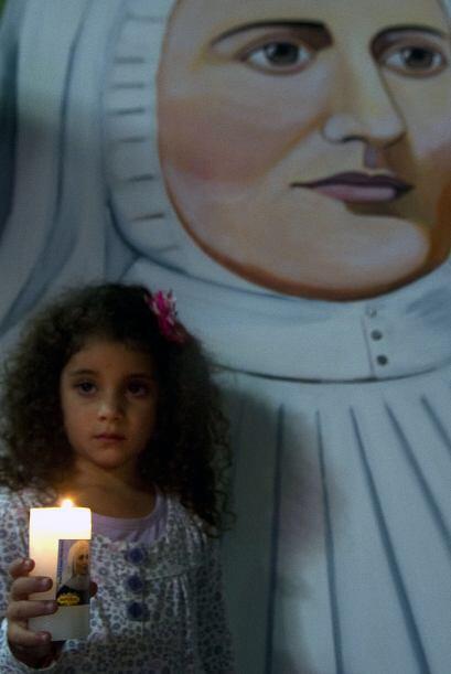 Entre tanto, en Medellín los fieles seguidores de la nueva santa llegaro...