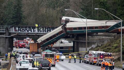 Este fue el tren que se descarriló sobre la autopista interestata...
