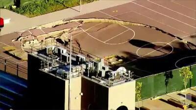 Una cancha de baloncesto forma un cráter en Los Ángeles