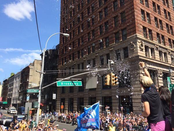 Miles de fans se congregaron alrededor de la avenida Broadway en el bajo...