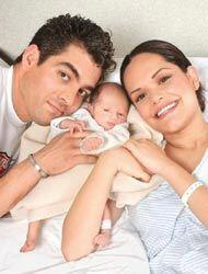 El orgulloso papá posa junto a su bebé y su esposa Lucy.