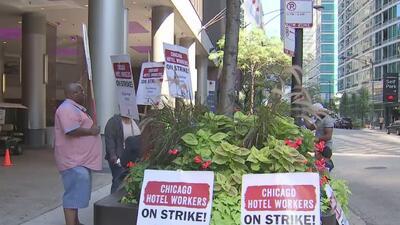 Huelga de trabajadores de la industria hotelera en Chicago afecta a huéspedes y turistas