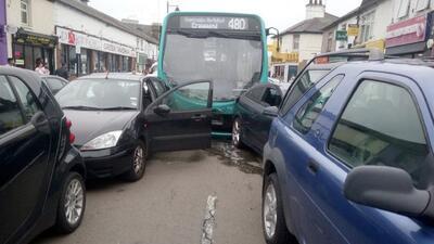 Video: La escena después de que un autobús se estrellara contra 25 autos estacionados dejando 14 heridos