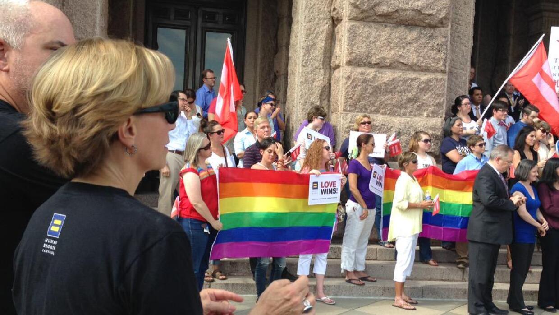 Activistas piden prohibir la discriminación contra gays.