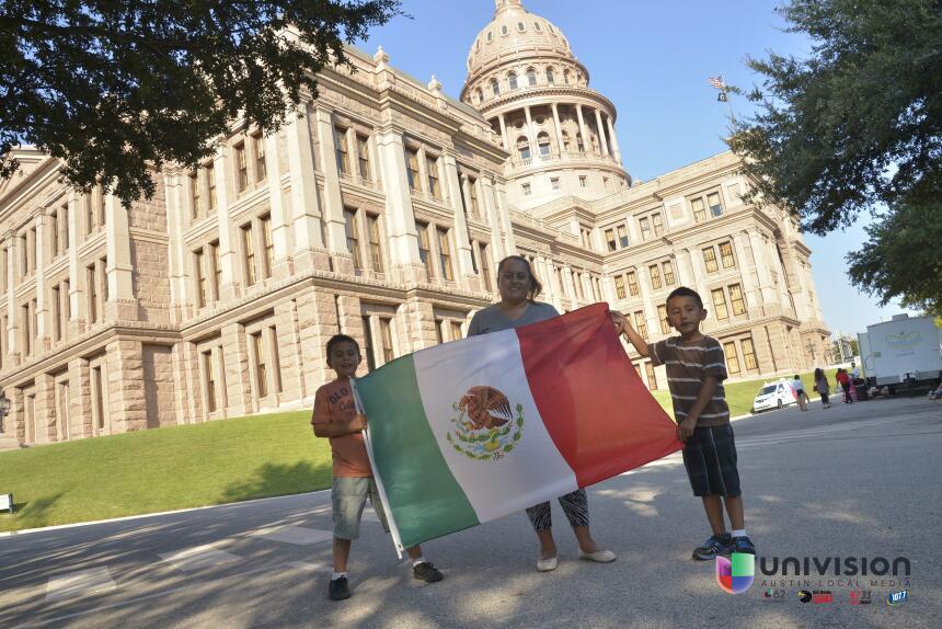 Celebrando El Grito de Independencia desde el capitolio de Texas fd-univ...