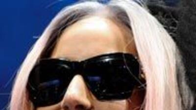 Lady Gaga es directora creativa de Polaroid, y apareció en el CES 2011 p...