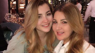 La hija de Alicia Villarreal posa en la playa y se ve idéntica a su mamá