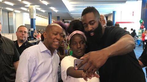James Harden visitó a los afectados en el refugio en Houston