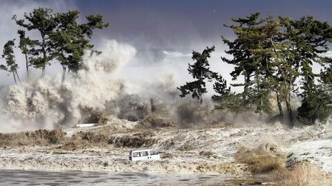 Foto tomada el 11 de marzo de 2011 mostrando las olas del tsunami golpea...