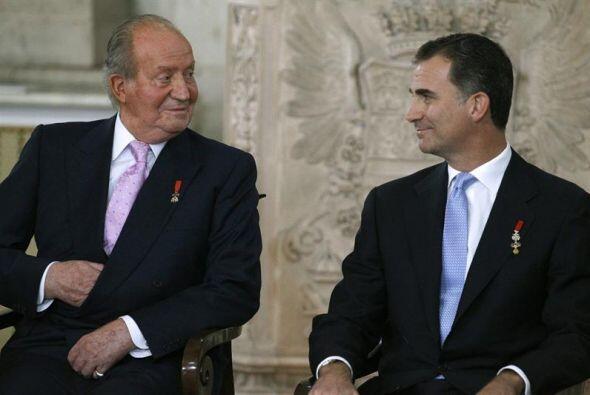 El rey Juan Carlos y el Príncipe Felipe, durante la ceremonia de sanción...