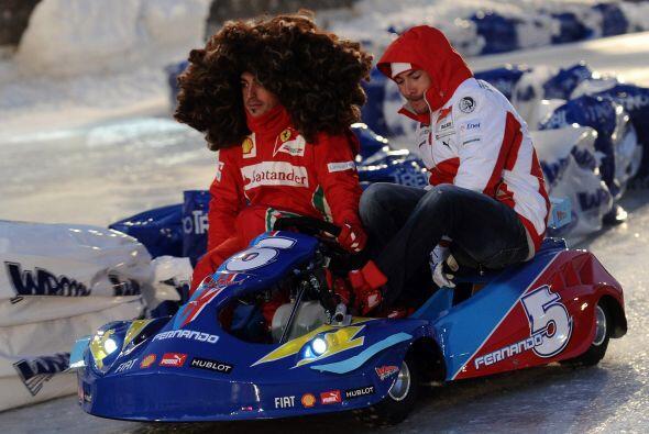 Alonso y su afro junto con Niki Haiden en un momento de descanso antes d...