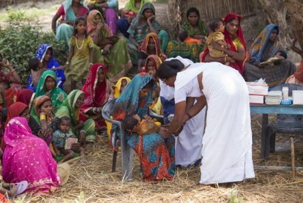 Vacunación de rutina en la aldea de Roti Mushahari en Bihar, India. Más...