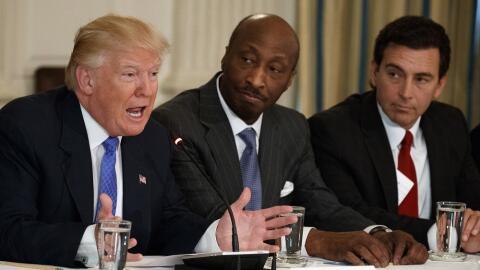Kenneth Frazier (c) renunció a su puesto como asesor de Trump tr...