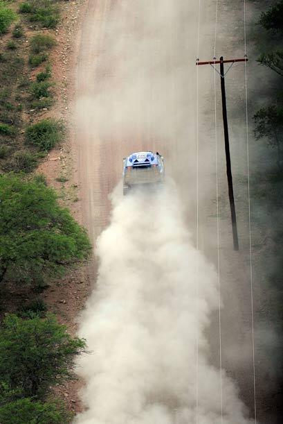 Sainz impuso su ritmo una vez que se alejó la lluvia en ruta a la meta d...