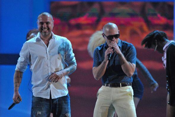 Al escenario llegó a acompañarlo el cantante español Juan Magan.