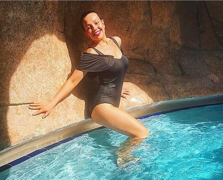 Thalia con traje de baño negro