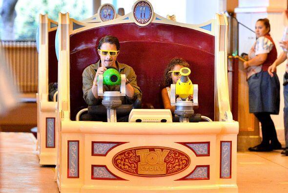 """Afinando su puntería en la atracción de """"Toy Story"""". Mira aquí más video..."""