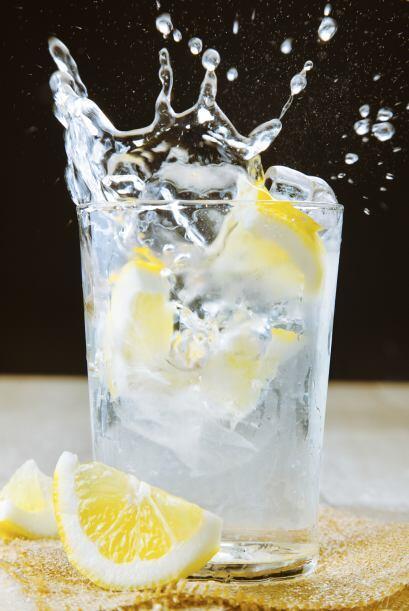 Gin tonic2 onzas de ginebra5 onzas de agua tónica4 cubos de hieloRodaja...