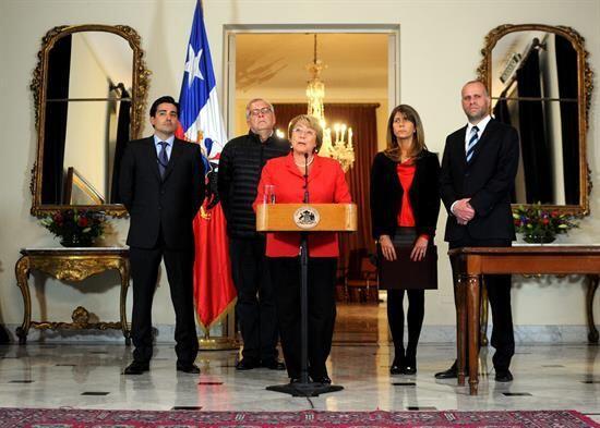 Bachelet estuvo acompañada de los ministros Álvaro Elizald...