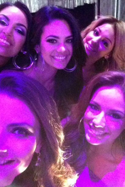 Se nota que las chicas no pueden dejar de tomar las 'selfies'.
