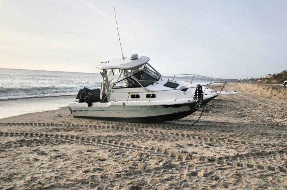La lancha de motor deportava Bayliner de 25 pies quedó varada en la arena.