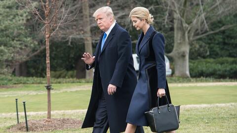 Donald Trump acompañado de su hija Ivanka saliendo de la Casa Blanca hac...