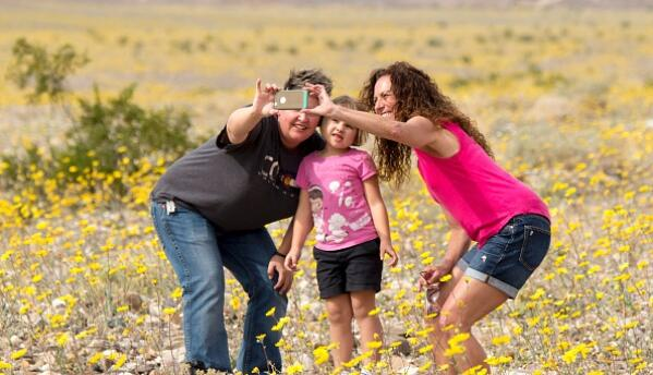 """Turistas visitan el parque nacional de Death Valley para observar el """"su..."""