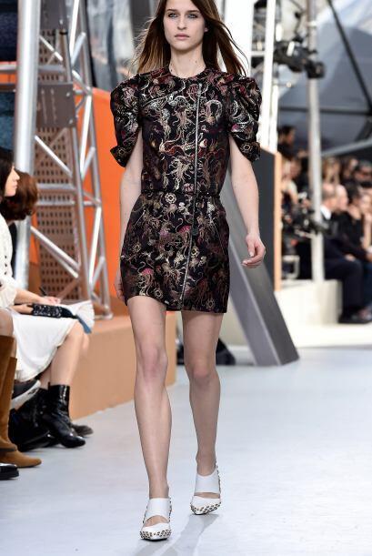Más femeninos y con toques futuristas brillaron uno a uno los vestidos.
