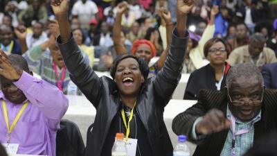 Miembros del partido en el poder en Zimbabue, Zanu-PF, celebran la expul...