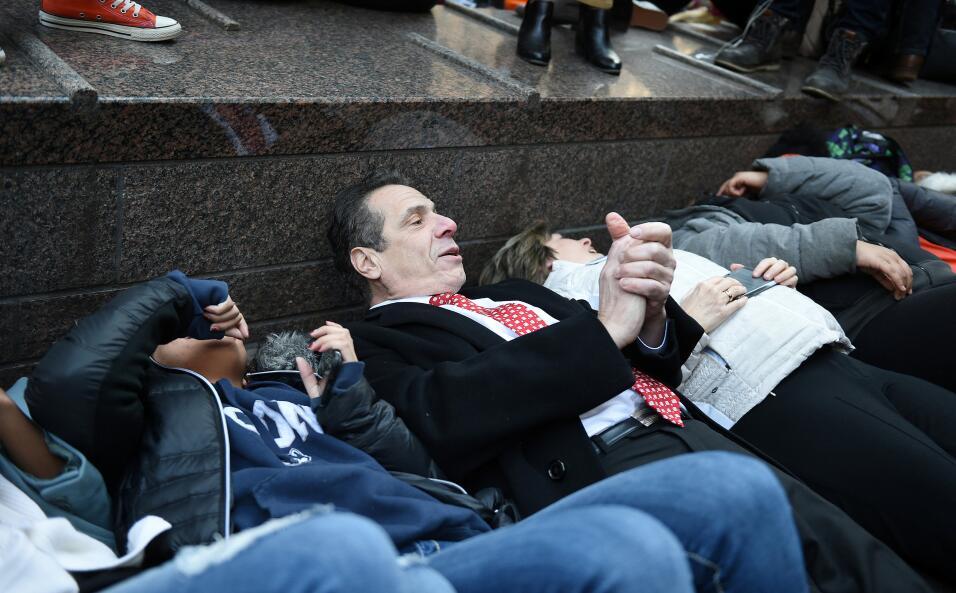Nueva York, Nueva York. El gobernador Andrew Cuomo y varios estudiantes...